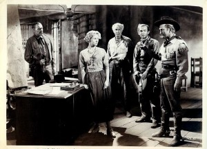 Lane Chandler (Le shérif), Virginia Mayo (Ann Keith), Walter Brennan (Timothy « Pop » Keith), James Anderson (Dan Roden) et Kirk Douglas (Shérif Len Merrick) dans une scène du film.