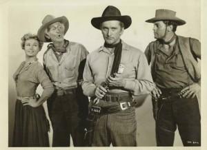 V. Mayo, W. Brennan, J. Agar et K. Douglas dans Le Désert de la peur (Along the Great Divide).